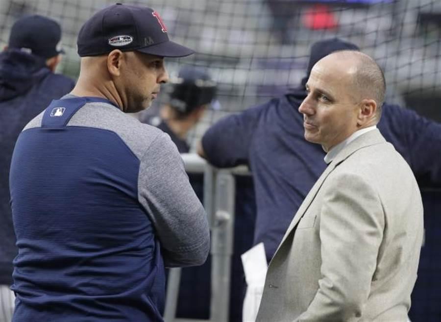 洋基總管凱許曼(右)與紅襪總教練柯拉交談。(美聯社資料照)