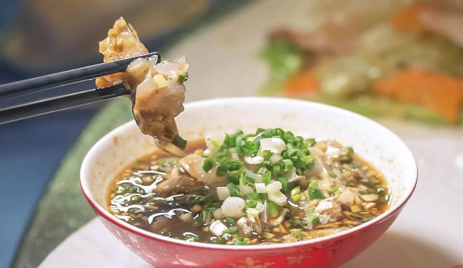 阿外樓酒店提供梭子蟹江蟹生、活東星斑等著名菜餚。(沈弘欽 攝)