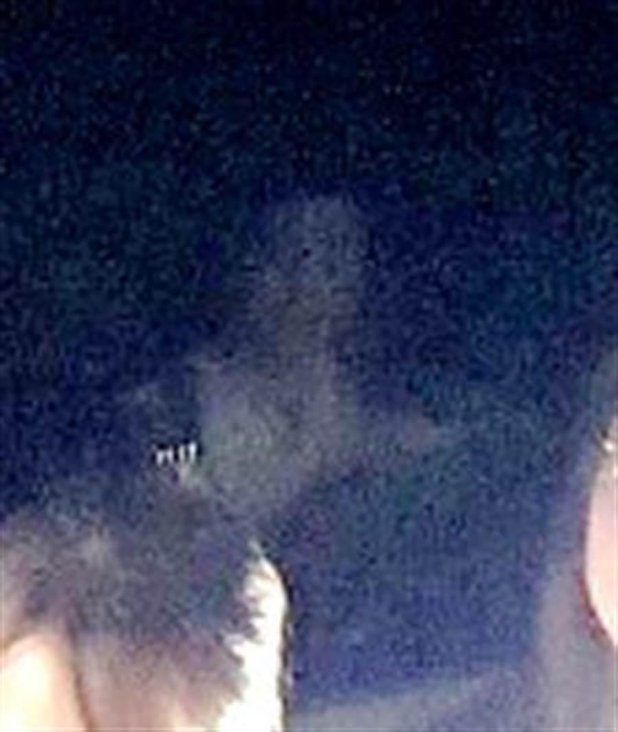 節目《晚八找樂子》拍攝時身後浮現詭異人影。