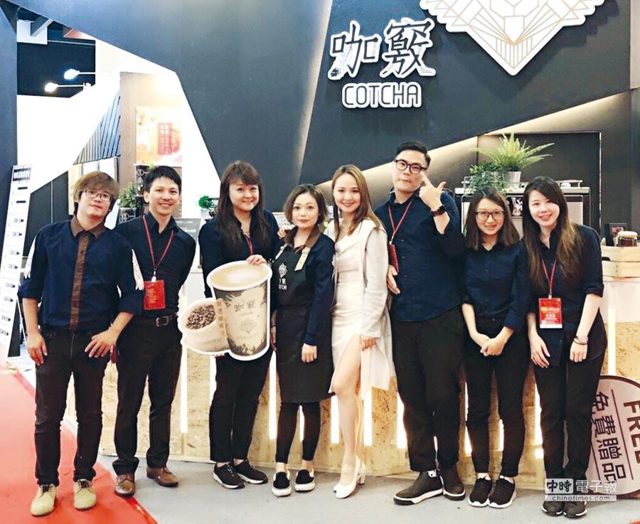 咖竅產品經理張瑋純(左三)率領年輕團隊,致力打造好品牌在台灣站穩腳步。圖/業者提供