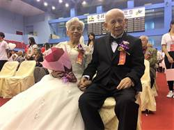 牽起手就是一輩子! 北市94歲夫妻披白紗放閃