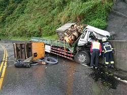 舊蘇花大貨車自撞山壁  車頭嚴重變形駕駛受困