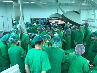 這場面太震撼!台大40醫護擠爆手術房搶救小生命