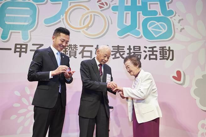 新竹市長林智堅(左)將戒指親手交給為結婚70年的何定錦(中)與何彭真(右)夫妻。(徐養齡攝)