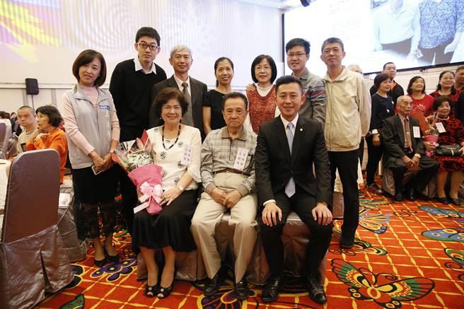 新竹市長林智堅(前右)表揚鑽石婚佳偶王禮澤(前中)與李秀蘭(前左)。(徐養齡攝)