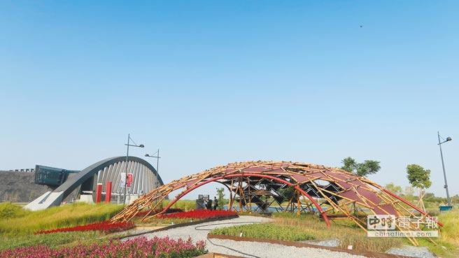 生命之樹藝術大道結合當代及園區景觀,運用竹材設計遮陽設施,符合當地炎熱天氣。(故宮南院提供)