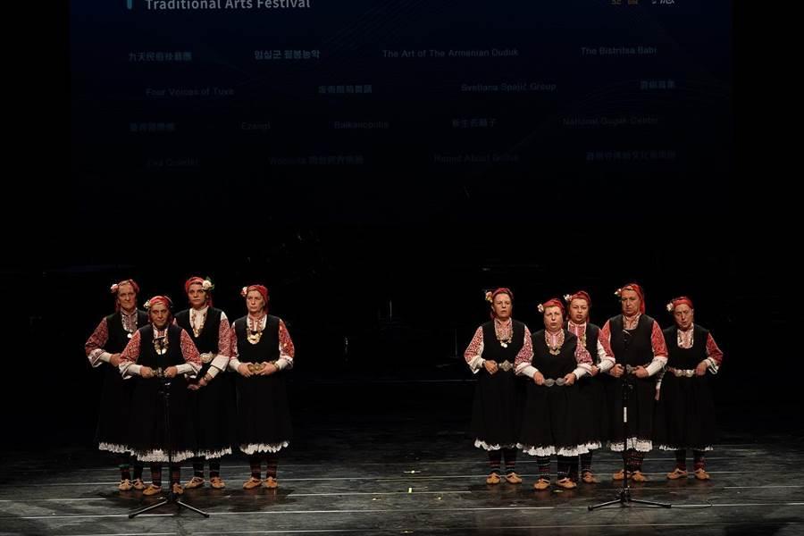 保加利亞比斯萃薩女性耆老來台演唱複音音樂。(傳藝中心提供)