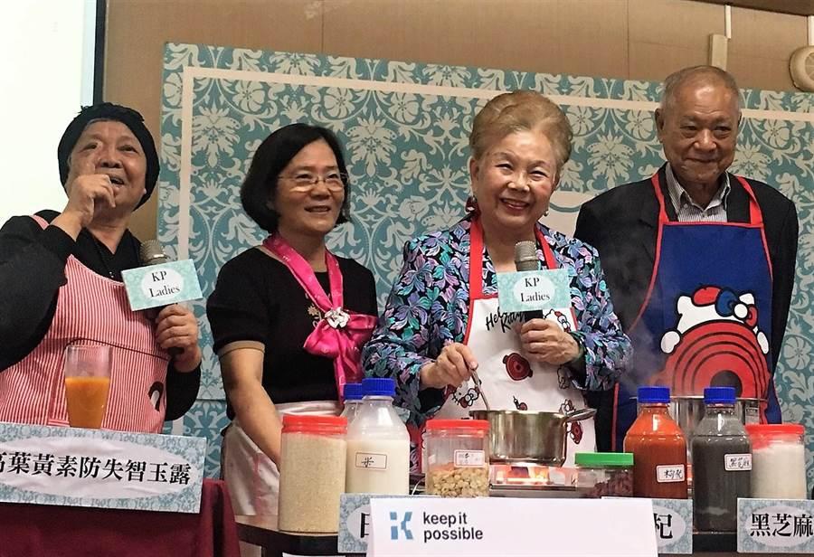 柯P女性後援會13日舉辦「秋季樂活養生飲」活動,柯文哲爸媽出席參與,吸引近80位粉絲共襄盛舉。(吳堂靖攝)