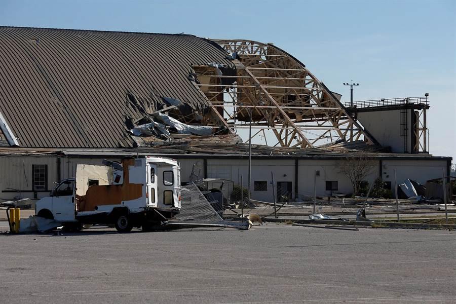 美國佛羅里達州汀道爾空軍基地的機庫在麥可颶風侵襲下已嚴重破損。(路透)