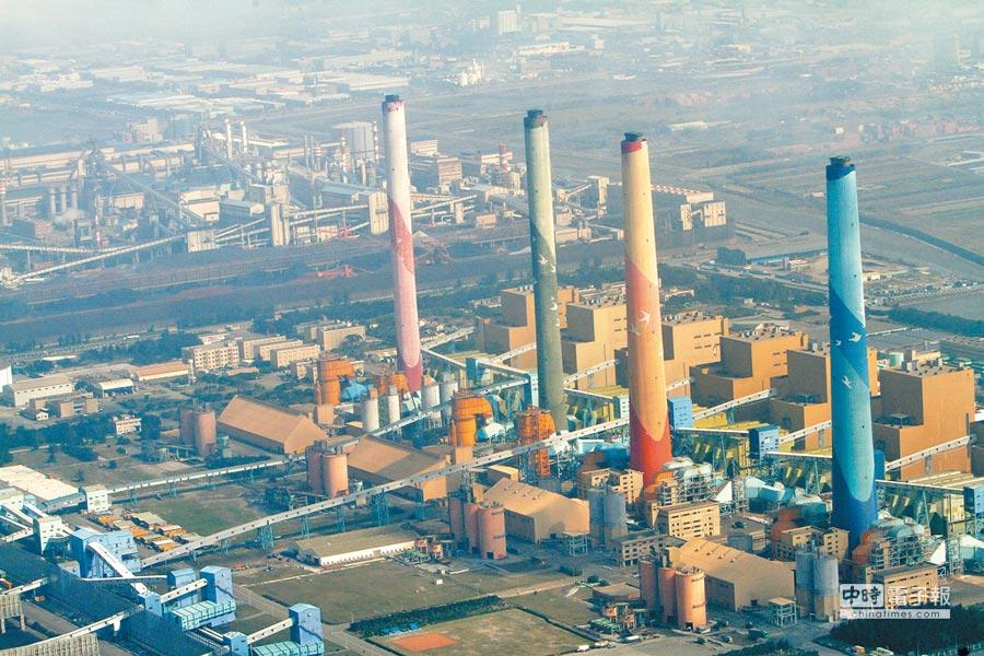 台中火力發電廠的4部燃煤機組。(本報資料照片)
