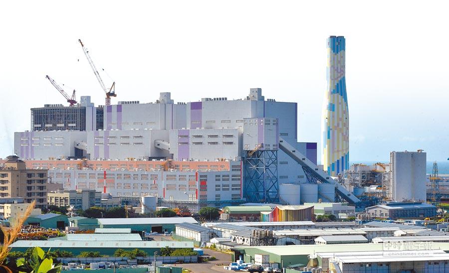 深澳電廠確定取消後,觀塘環評已過關,未來大潭及林口發電廠都將考慮增建天然機組,但新機組集中台灣西半部,北東區270萬用戶供電風險仍未解。圖為林口發電廠。(本報資料照片)