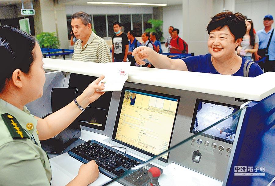 2015年7月1日,台胞在福州機場邊檢站辦理入境手續免簽注。(中新社)