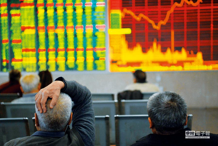 10月12日,無視美股續跌,滬指收報2606.91點,漲0.91%。圖為成都某證券營業部的股民關注大盤數據。(中新社)