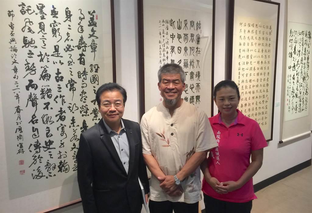 書法家張宗林(中)舉辦首展,同為書法家的文化局長林榮森(右)鼎力支持。(廖志晃攝)