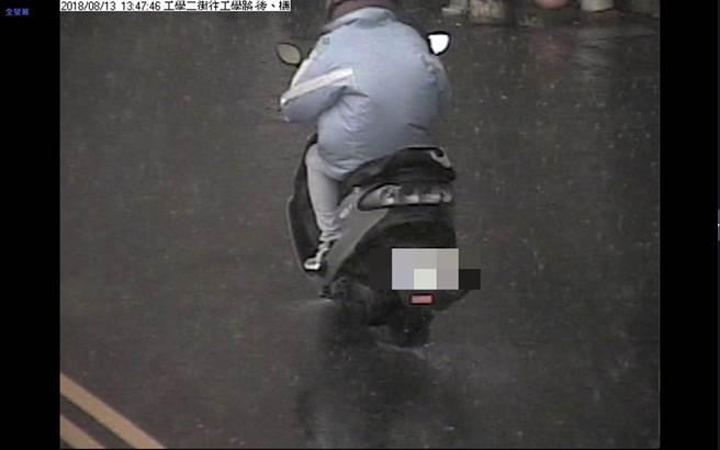 警方沿線調閱相關監視器畫面,發現穿雨衣的彭姓男子身影,以車追人找到24歲彭男到案說明。(照片由警方提供)