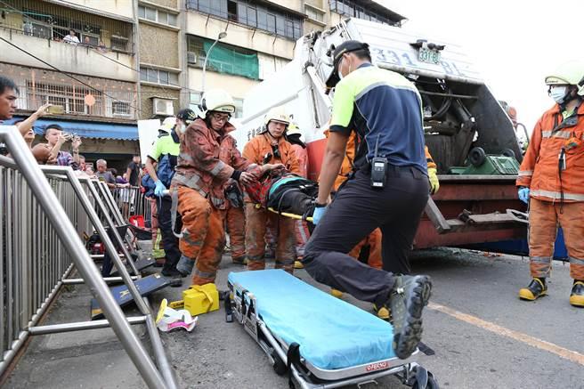 婦人受困約半小時被救出。(徐養齡攝)
