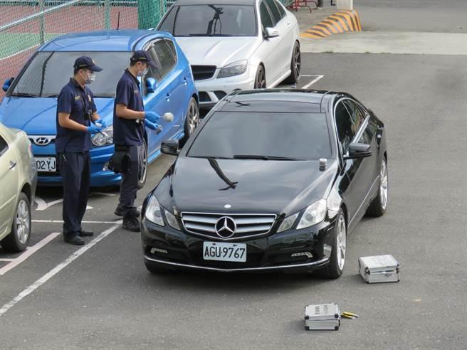 警方對賓士轎車採證。(葉書宏攝)
