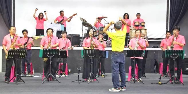 ▲鼓王爵士大樂團在草屯演藝廳預演情形,26日將在南投文化中心演藝廳擔綱全國首屆素人歌唱大賽的演奏樂團。(楊樹煌攝)