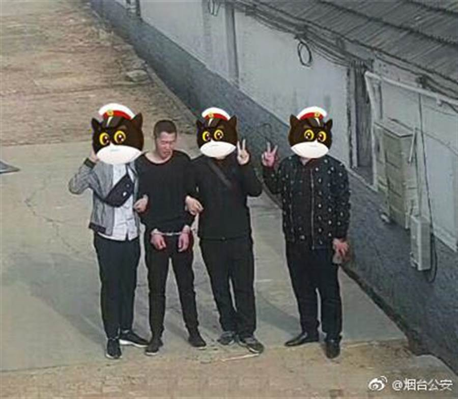 警察帶著小偷重演「現場」(圖/翻攝自微博)