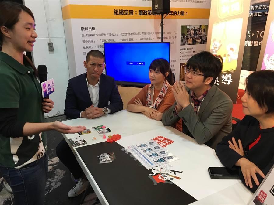 台少盟14日邀黃益中(左2起)、柯萱如、林祖儀及范雲等人試玩桌遊「抓誑新聞」。(游昇俯攝)