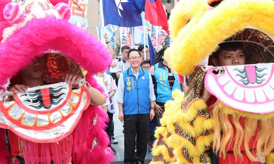 國民黨台北市長參選人丁守中(中)14日出席信義區後援會成立大會,在舞獅隊的帶領下出場。(鄭任南攝)
