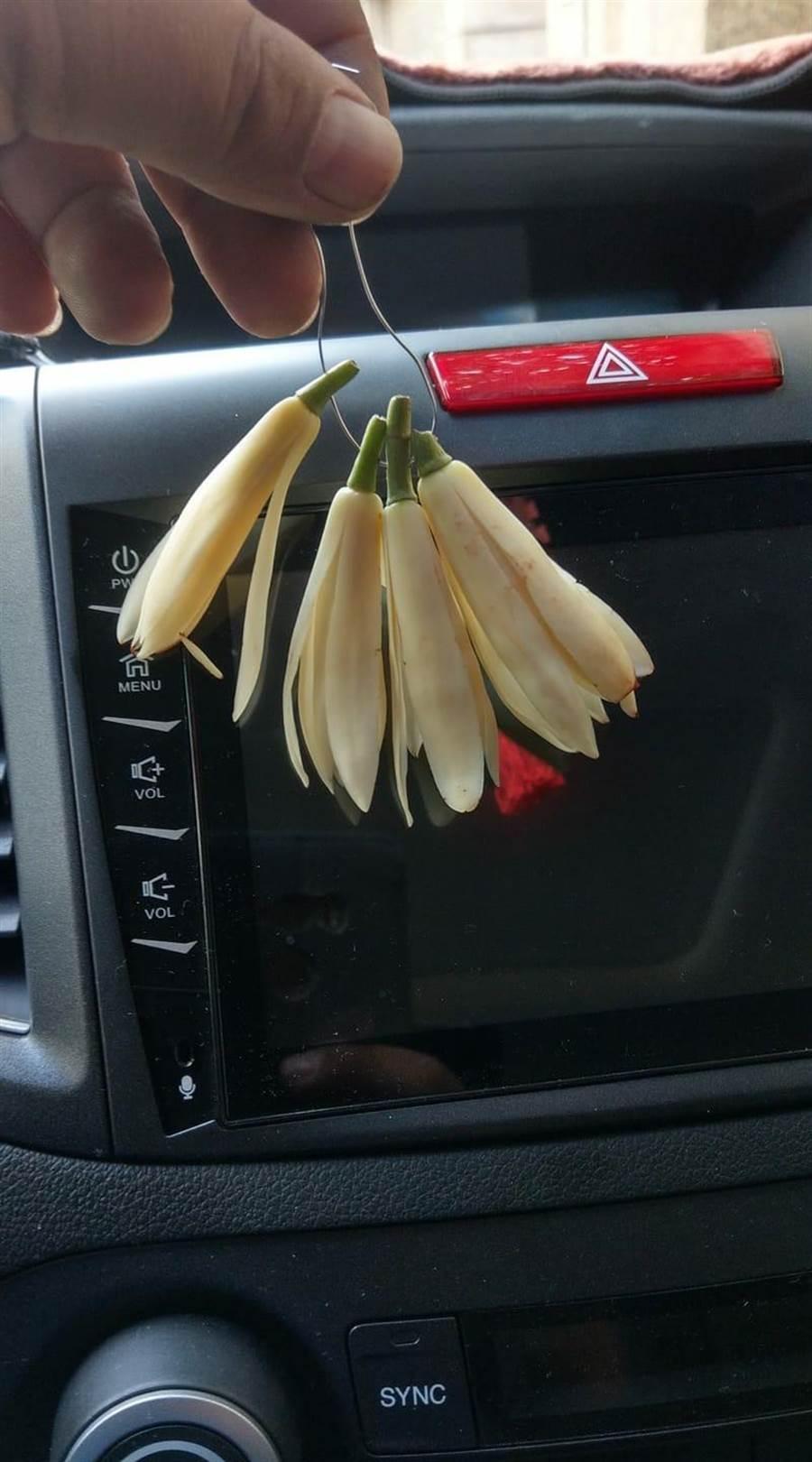 有網友在《爆怨公社》上po文表示,「是我太久沒買玉蘭花不知道價格漲這麼多嗎?這一串要價90元!」。翻攝《爆怨公社》