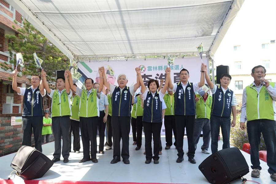 李進勇(左四)與多名縣議員一起喊凍蒜。(李進勇競選總部提供)