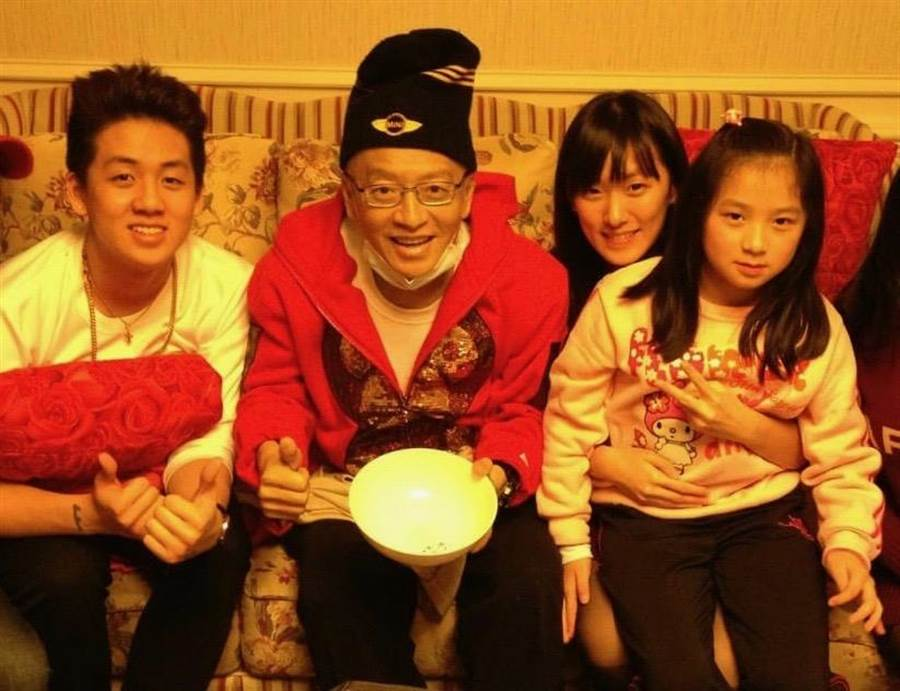 高凌風(左2)生前和兒子寶弟(左起)、女兒阿寶、寶妹過年團圓。(金友莊提供)