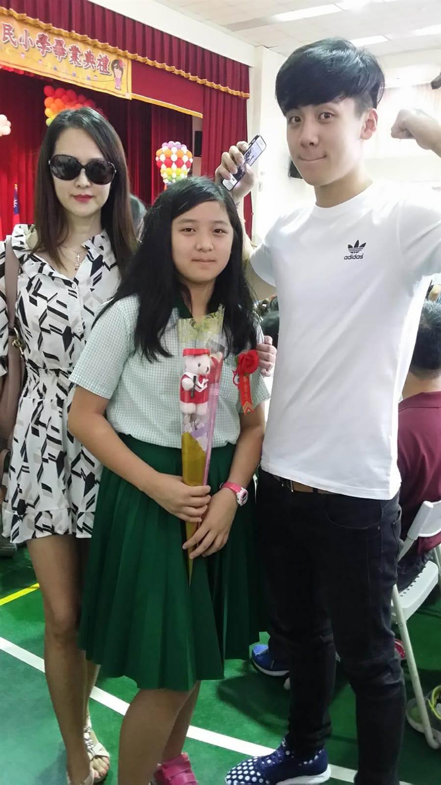 金友莊(左起)參加寶妹的畢業典禮,右為寶弟。(金友莊提供)