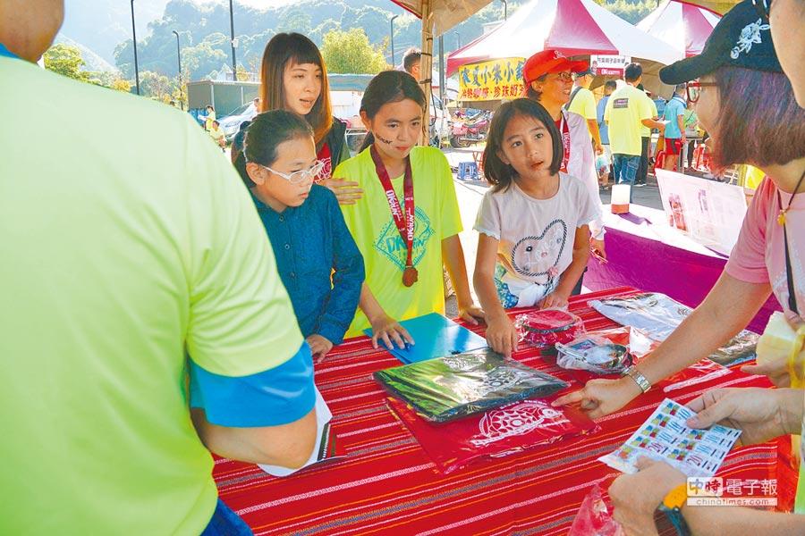 汶水國小同學在現場義賣攤位擔任「一日店長」。照片提供OK忠訓國際