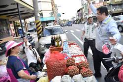 台南》黃偉哲善化黃昏市場掃街 與攤販共舞