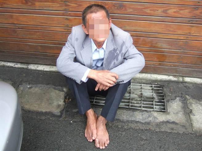 55歲葉姓男子身上穿著偷來的往生者西裝,被逮還讚「合身舒適」。(蔡依珍翻攝)