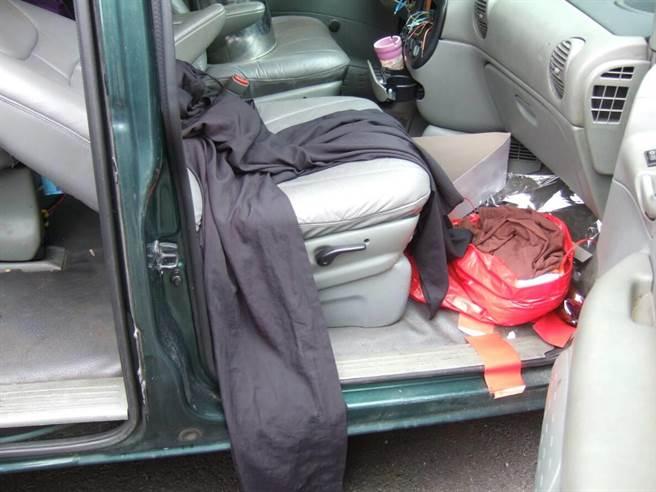 葉姓男子偷竊衣物後就在廢棄休旅車內更衣。(蔡依珍翻攝)