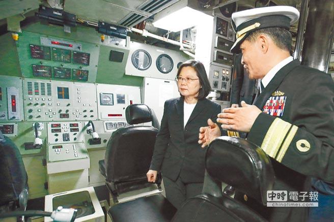 國造潛艦案,因GL公司拿到技術顧問合約遭質疑。上圖為蔡英文總統去年出席「潛艦國造設計啟動暨合作備忘簽署儀式」,登上海軍劍龍級潛艦-海虎軍艦聽取簡報。(軍聞社)