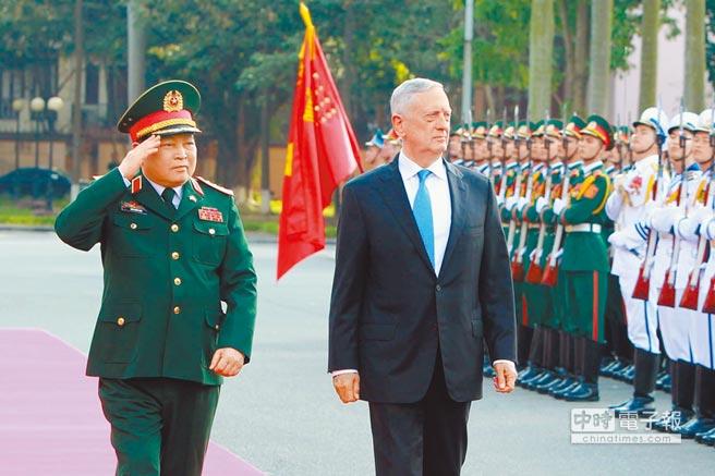 1月25日,美國國防部長馬提斯(左2)訪問越南,與越南國防部長吳春歷(左)檢閱儀仗隊。(新華社)
