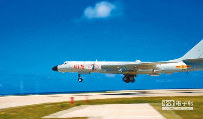 大陸空軍轟-6k戰機展開島礁起降訓練,提升海上實戰能力。(新華社資料照片)