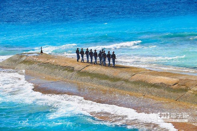 永暑礁上,解放軍海軍官兵在防波堤上巡邏。(新華社資料照片)