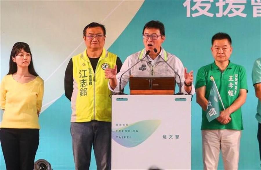 民進黨台北市長參選人姚文智(中)14日出席內湖南港區後援會成立授旗授證大會,說明參選理念和市政規劃。高嘉瑜(左一)站台,卻一臉放空表情。(中央社)