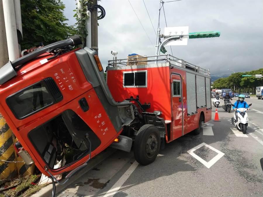 北市消防局一輌救災車上午在大度路發生自撞電線桿車禍。(北市消防局提供)