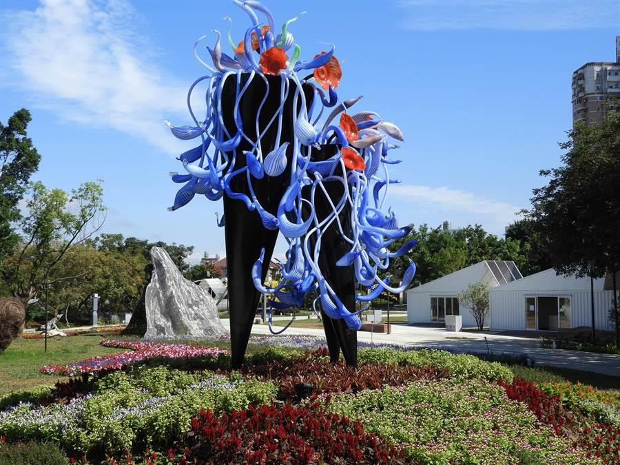2018台中世界花博豐原園區入口處的「迎賓捧花」大型琉璃作品,令人驚豔。(陳世宗攝)