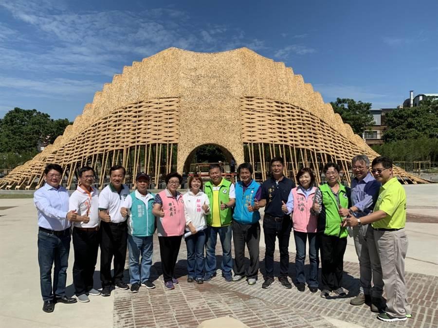 市議員及市府官員等在花博豐原園區的竹跡館前合影,對其造景齊聲說「讚」!(陳世宗攝)