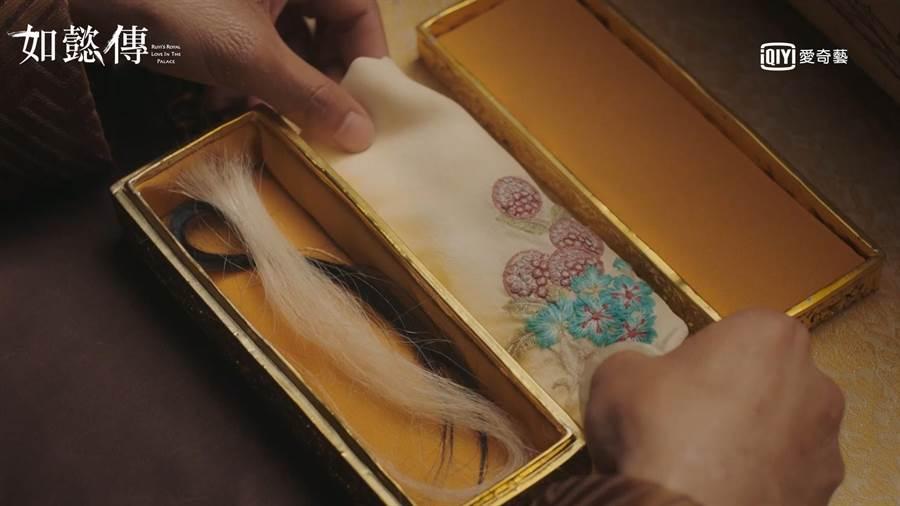 《如懿傳》結局乾隆斷白髮與如懿斷髮永結盒中。(圖/愛奇藝台灣站提供)