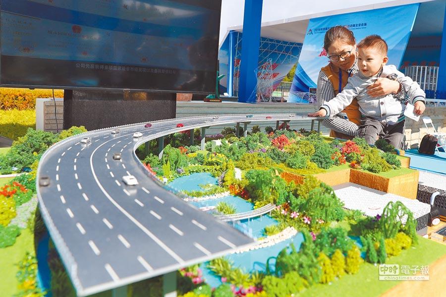 10月9日,參觀者在「雙創周」北京會場主題展上觀看城市生態海綿體模型。(新華社)