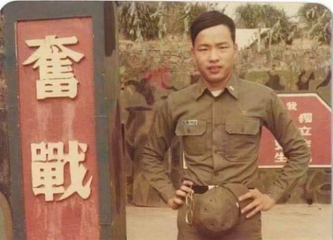 韓國瑜念軍校時舊照遭昔日同窗曝光,當時他擁有茂密濃髮。(擷圖自何炯榮臉書)
