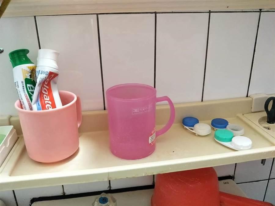 網友在《爆怨公社》指出,他老婆的漱口杯杯子內的水會自動裝滿。翻攝《爆怨公社》