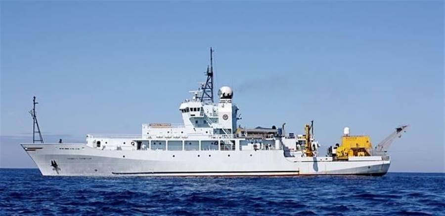 美國海軍研究船現正停靠高雄港。(王思慧翻攝)