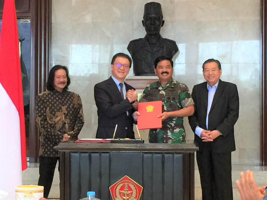 慈濟印尼分會與印尼軍方簽訂合作備忘錄,加快震災復原計劃。圖為慈濟印尼分會副執行長黃榮年(左2)與印尼三軍總司令哈迪·查延多(右2),在印尼國軍總部芝浪卡簽署。(圖/慈濟印尼分會提供)
