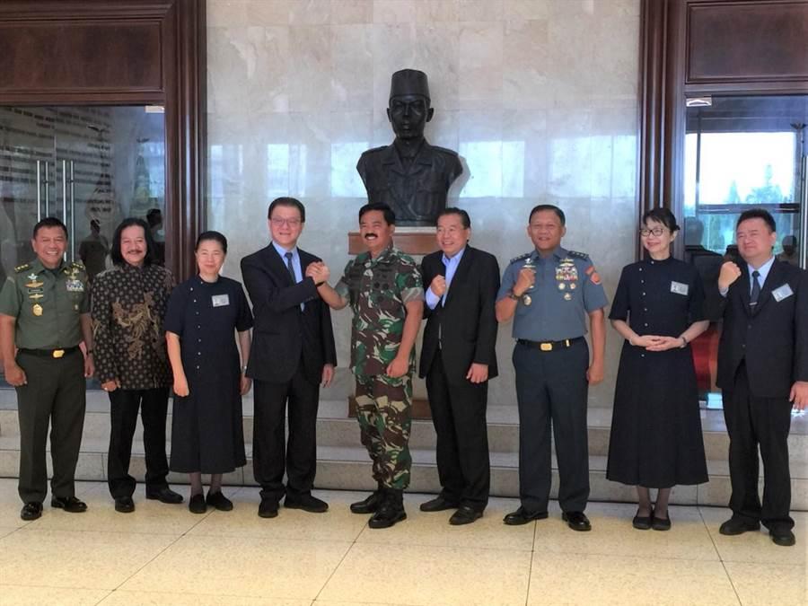 慈濟印尼分會與印尼軍方簽約簽署合作備忘錄,針對7月底龍目島震災、0928印尼蘇拉威西震災重建共同努力。(圖/慈濟印尼分會提供)