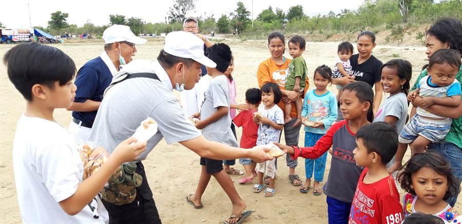 印尼慈濟志工在災區提供麵包、熱食給災民。(圖/慈濟印尼分會提供)