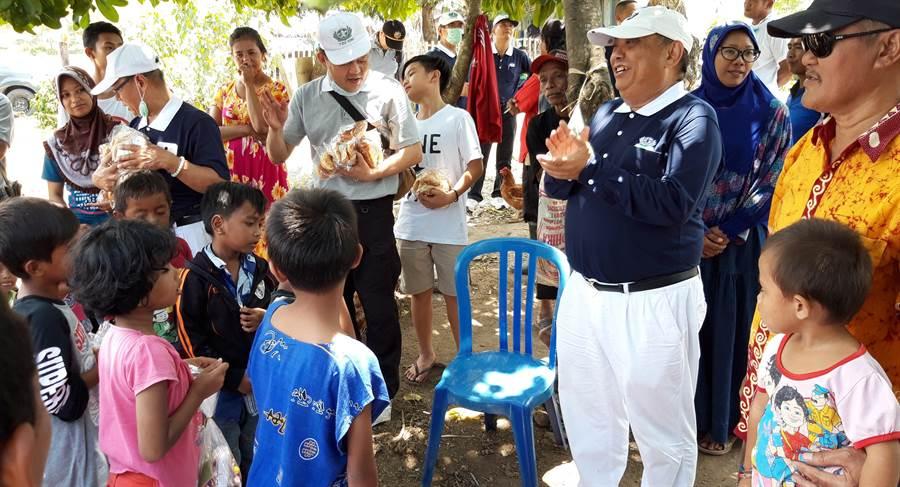 印尼慈濟志工挺進災區,提供麵包、熱食給災民,孩童排隊領取。(圖/慈濟印尼分會提供)
